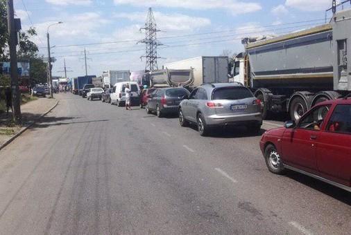 В Одессе возник конфликт из-за движения грузовиков через поселок Большевик и село Усатово
