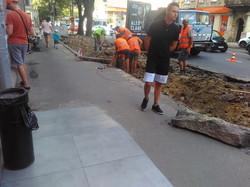 В Одессе узкий тротуар на улице Канатной делают еще уже ради парковки (ФОТО)