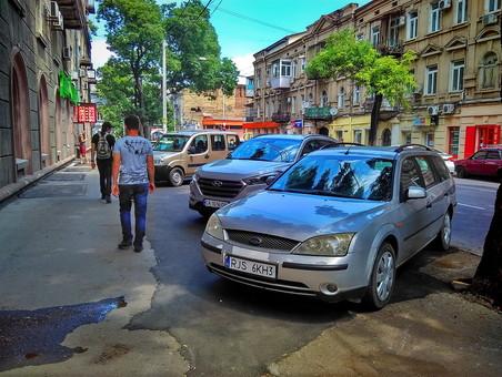 В Одессе восстановленный тротуар на улице Канатной стал парковкой (ФОТО)