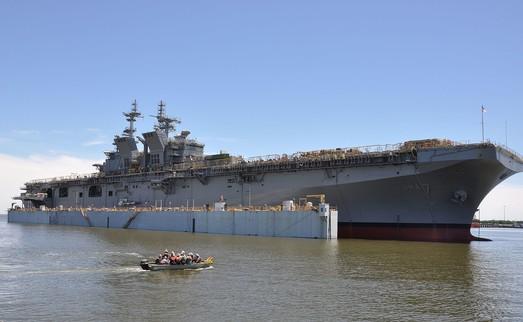 """США увеличивают свой """"мини-авианосный"""" флот"""