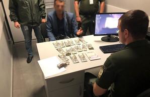 Пограничникам Одесского аэропорта предлагали взятку в 1500 долларов