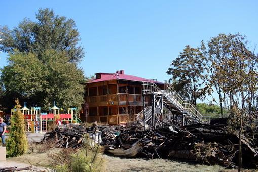 """Лагерь """"Виктория"""": в него заселили детей, но пожарные требуют снести деревянные срубы"""