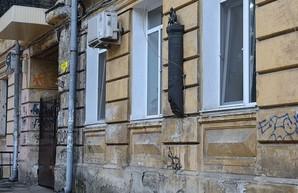 Вандалы изуродовали горельеф на доме Жаботинского в Одессе (ФОТО)