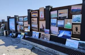 На пляже «Ланжерон» открылась художественная выставка
