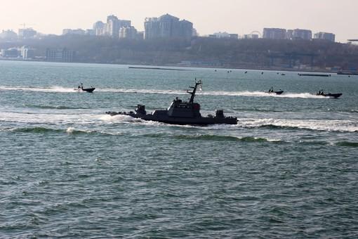 Украинский военный флот проводит учения напротив одесского пляжа Ланжерон