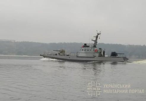 По Днепру в Одессу идет новый бронекатер для ВМС Украины (ФОТО)