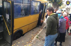 В Белгород-Днестровском Одесской области маршрутка чуть не провалилась под землю