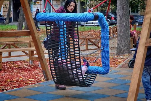 В центре Одессы на детской площадке перевесили качели, которые за три дня тяжело травмировали троих детей