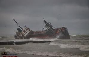 Кораблекрушение на одесском пляже привело к экологической катастрофе от разлива нефтепродуктов