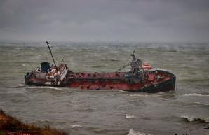 Перевернувшийся на одесском пляже танкер продолжает загрязнять море нефтью (ВИДЕО)