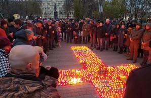 В Одессе на Соборной площади зажгли свечи в память о жертвах Голодомора