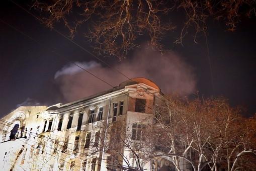Пожар в доме на Троицкой в Одессе все еще тлеет