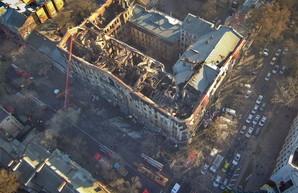 У сгоревшего здания в Одессе устанавливают 60-тонный кран