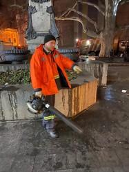 Первое утро 2020 года в Одессе началось с работы коммунальщиков и непроданных елок