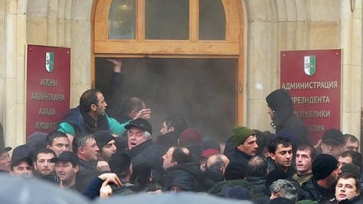 """""""Майдан"""" по-абхазски: криминальные авторитеты, ГРУ и Сурков"""