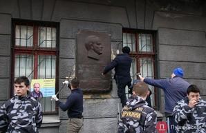 В Одессе демонтировали последний барельеф советскому маршалу Жукову