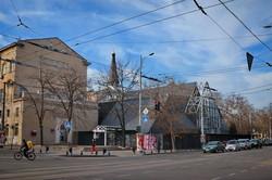 """В центре Одессы вместо стеклянной цветочной галереи появилась черная """"коробка"""" супермаркета (ФОТО)"""
