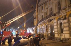 Очередной пожар в Одессе: пострадал спасатель, а в памятнике архитектуры рухнула лестница
