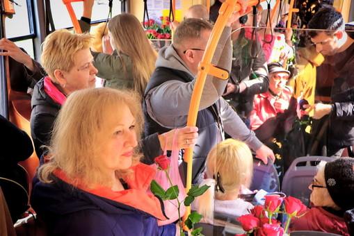 Одесситок поздравляли с 8 марта в троллейбусе (ФОТО, ВИДЕО)