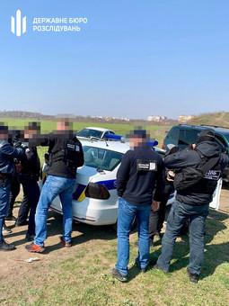 Двух одесских полицейских задержали во время получения взятки