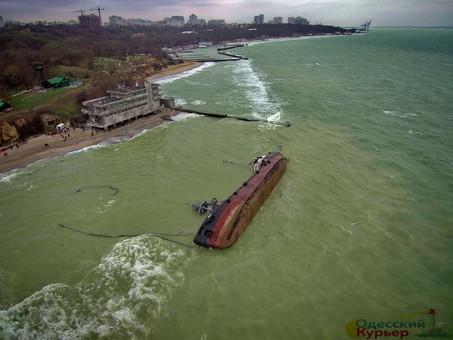 Владелец танкера, затонувшего на одесском пляже, обещает убрать судно за собственный счёт