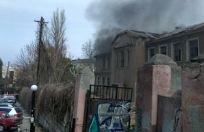 В Одессе горело заброшенное здание на Таможенной площади (ФОТО)
