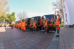 Одесские улицы убирают и дезинфицируют 90 единиц техники