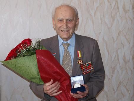 Старейшему врачу Одессы исполнилось 102 года - и он продолжает помогать людям