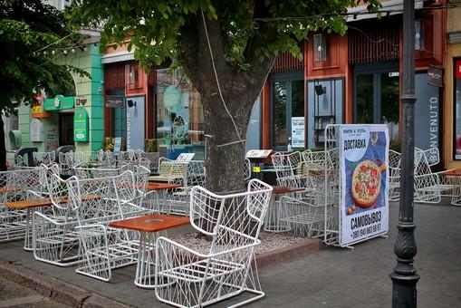 В Одессе на Дерибасовской некоторые кафе устанавливают летние площадки (ФОТО)