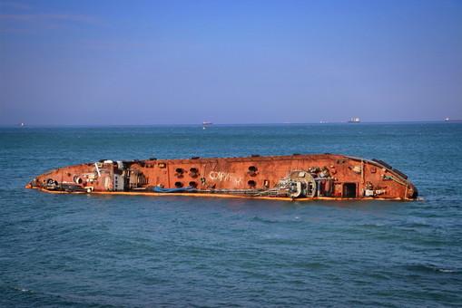 Затонувший на одесском пляже танкер стал причиной нового загрязнения моря нефтью