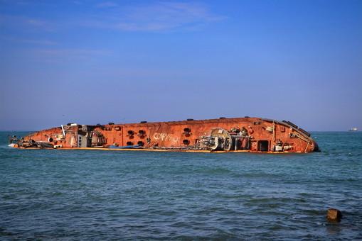 На пляже Дельфин - очередной разлив нефти с затонувшего танкера