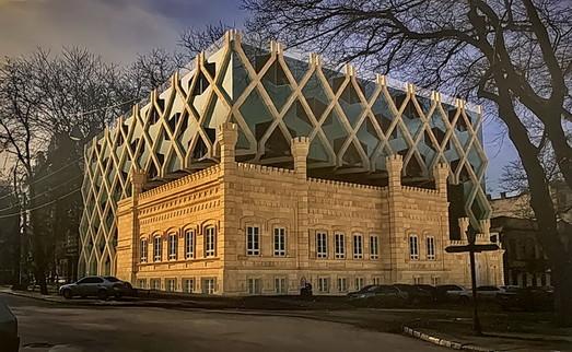 """В Одессе пытались """"впихнуть"""" проект огромной надстройки-""""кубика"""" над готическим особняком"""