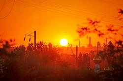Огненное небо в Одессе над храмом и нефтезаводом (ФОТО)