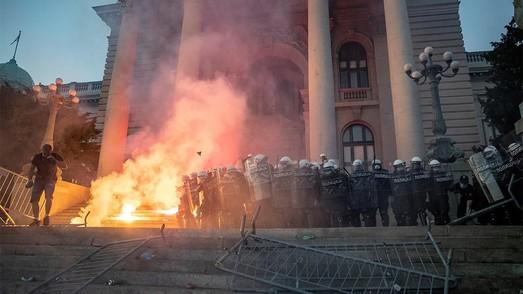 """В протестах в Сербии, организованных марионетками Кремля, пророссийские СМИ нашли """"украинских след"""""""