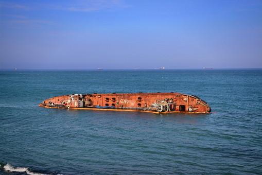 """Танкер """"Делфи"""" снова запачкал морскую воду нефтью"""