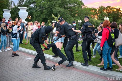 Накануне выборов Беларусь зашатали протесты и гибридные информационные волны