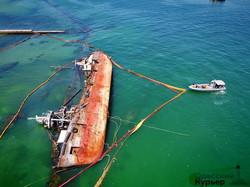 """Буксиры тянули, но не смогли вытянуть танкер """"Делфи"""" с мели (ФОТО, ВИДЕО)"""