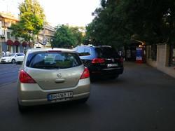 Автохамы устроили опасную для детей парковку на тротуаре перед школой в центре Одессы (ФОТО)