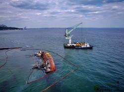 """В Одессе снова готовятся поднять танкер """"Делфи"""": работает плавучий кран (ФОТО, ВИДЕО)"""