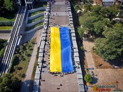 В Одессе развернули гигантский флаг Украины длиной 29 метров (ФОТО, ВИДЕО)
