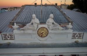 В Одессе взялись восстанавливать фигуры на крыше здания горсовета (ФОТО, ВИДЕО)