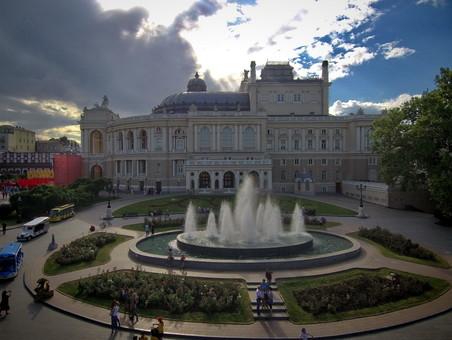 В Одессе вандалы повредили фонтан у Оперного театра
