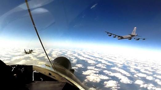 Истребители из Одессы снова сопровождают в украинском небе американские стратегические бомбардировщики