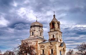 На севере Одесской области молния ударила в старинный храм магнатов Любомирских