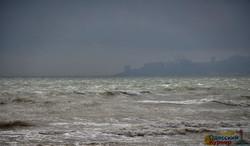 Море в Одессе штормит перед бурей (ФОТО, ВИДЕО)