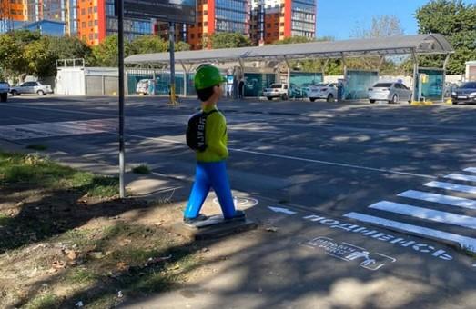 В Одессе начали устанавливать детские манекены у пешеходных переходов
