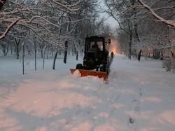 В Одессе расчищают улицы после ночного снегопада (ФОТО)