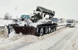 Дороги Одесской области расчищают инженерным танком (ВИДЕО)