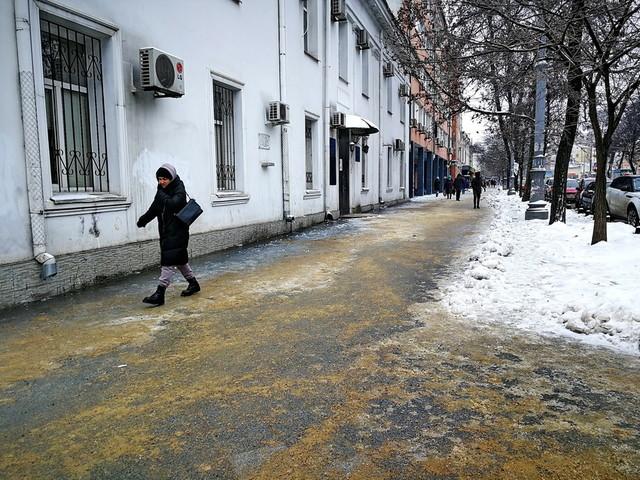 В Одессе продолжают ликвидировать последствия вчерашнего обледенения