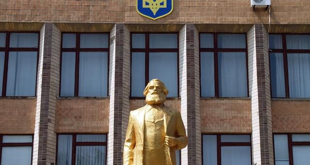 Декоммунизация: в Одесской области взялись за памятники Карлу Марксу